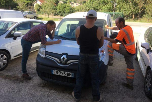 La facilitation sur le chantier : un sous-groupe utilise une voiture comme table